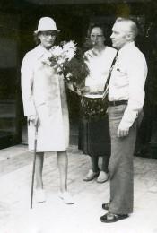 Heimleiter-Ehepaar Gerlach mit der ersten Bewohnerin des Neubaus